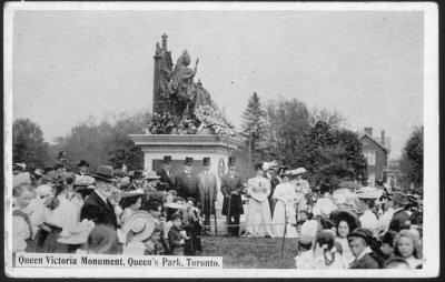"""Queen Victoria Monument, Queen's Park"" (postcard): ceremony around the queen's statue, 1910."